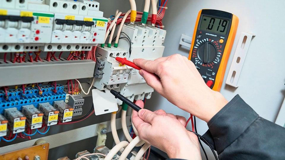 Защита от прикосновения к токоведущим частям в распределительной коробке кабеля